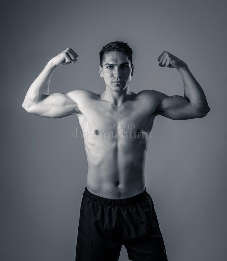Ritratto di forte uomo atletico bello in buona salute isolato su fondo neutrale fotografie stock libere da diritti