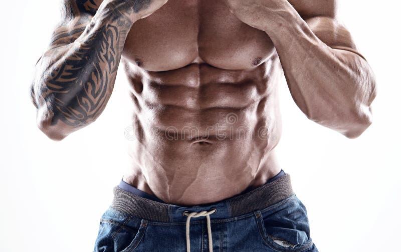 Ritratto di forte uomo atletico di forma fisica che mostra i grandi muscoli fotografie stock