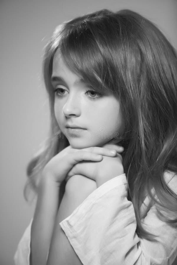 Ritratto di fotografia in bianco e nero della bella ragazza teenager immagine stock