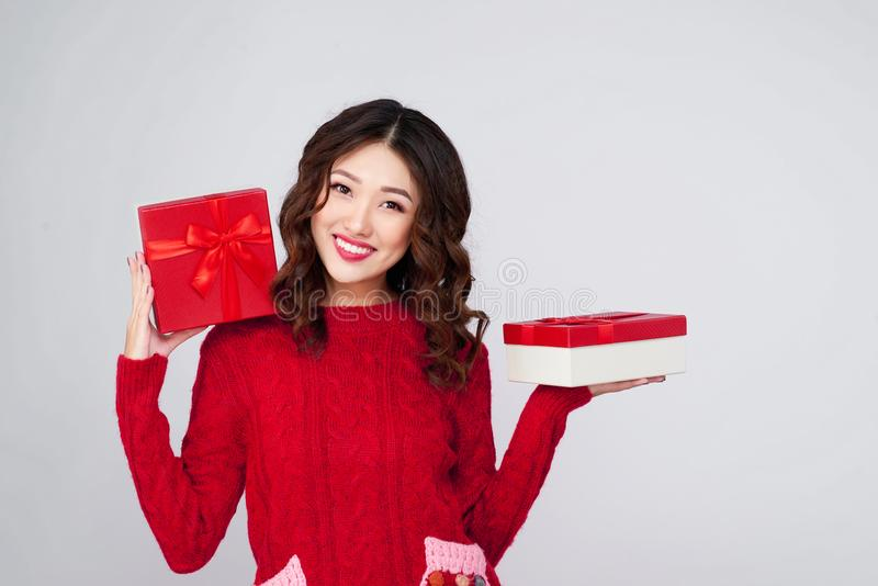 Ritratto di giovane, abbastanza e donna felice con il regalo BO di natale immagini stock libere da diritti