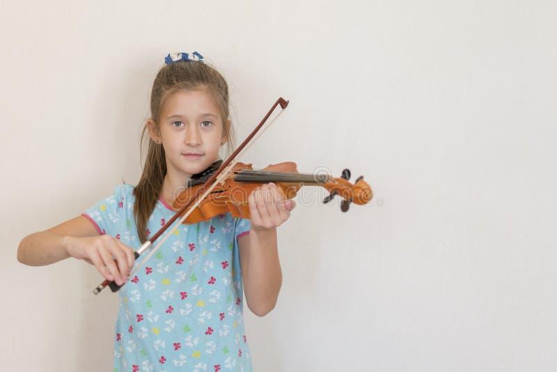 Ritratto di giovane adolescente biondo che gioca violino Ragazza che gioca il violino fotografia stock libera da diritti