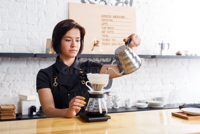 Ritratto di giovane barista al contatore della caffetteria immagine stock libera da diritti