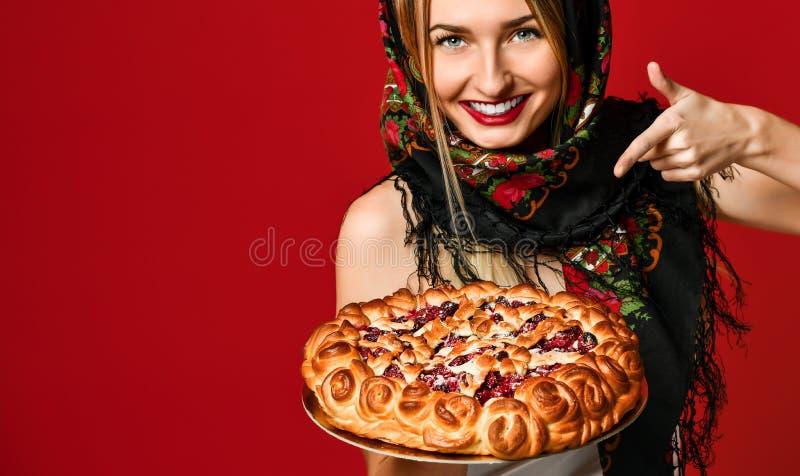 Ritratto di giovane bella bionda in foulard che tiene una torta casalinga deliziosa della bacca immagine stock libera da diritti