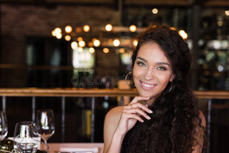 Ritratto di giovane bella donna immagini stock