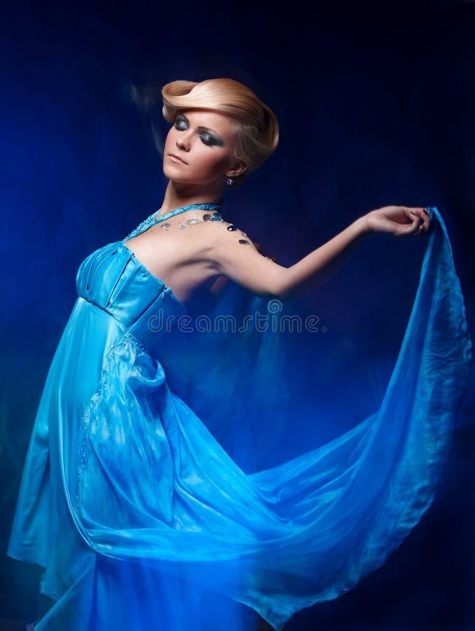 Ritratto di giovane bella donna fotografia stock libera da diritti