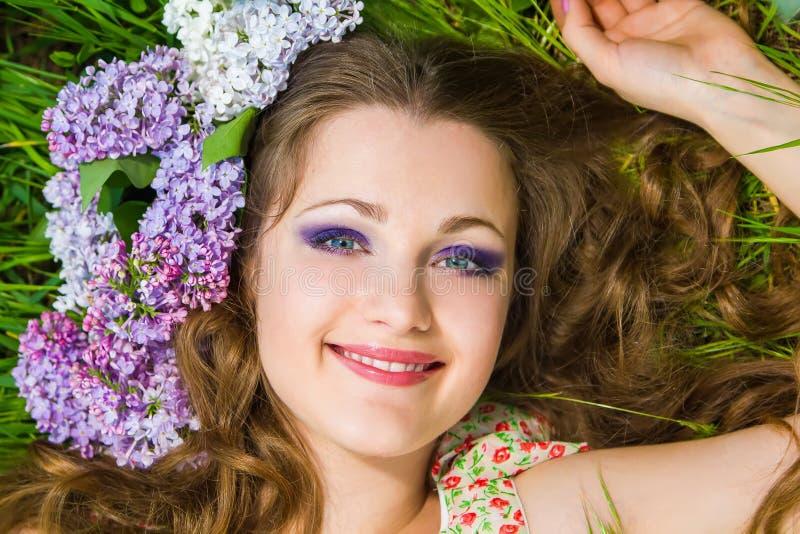 Ritratto di giovane bella donna all'aperto fotografie stock libere da diritti