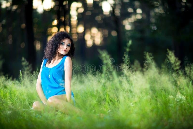 Ritratto di giovane bella donna all'aperto fotografia stock libera da diritti