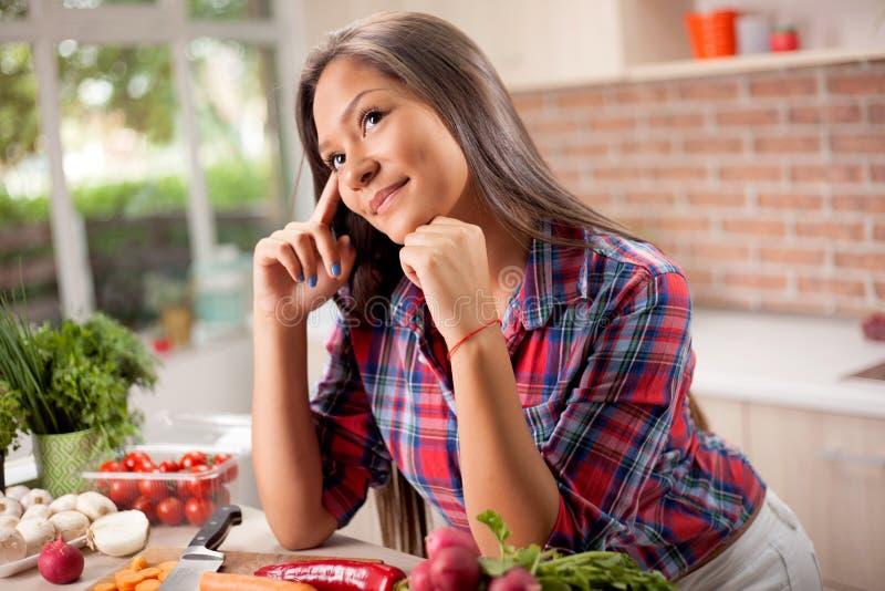 Ritratto di giovane bella donna asiatica a casa in cucina fotografia stock