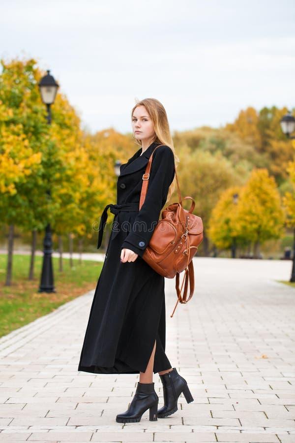 Ritratto di giovane bella donna in cappotto nero fotografia stock libera da diritti