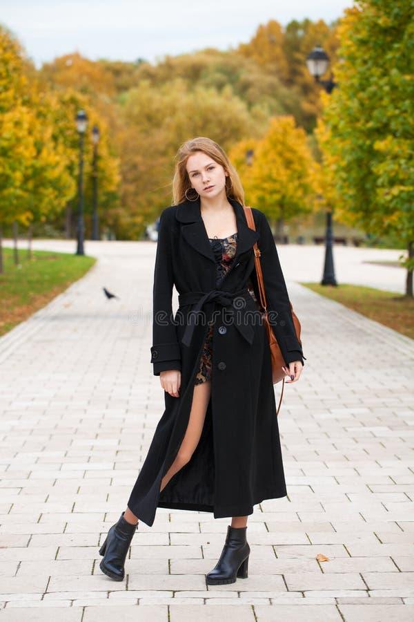 Ritratto di giovane bella donna in cappotto nero immagine stock libera da diritti