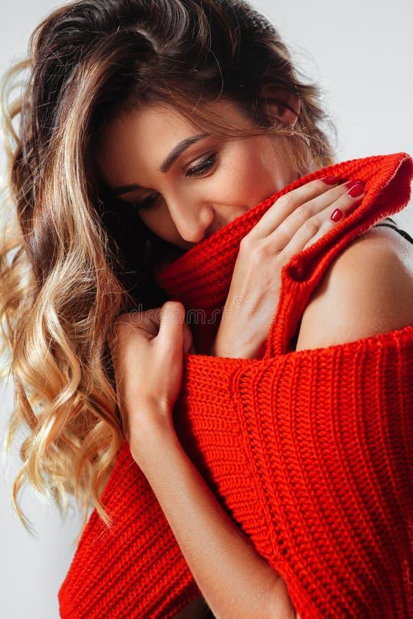 Ritratto di giovane bella donna caucasica in maglietta rossa cheerfuly che sorride esaminando macchina fotografica fotografie stock