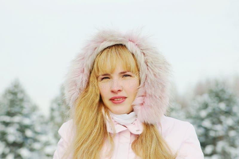 Ritratto di giovane bella donna che porta rivestimento rosa con un cappuccio immagini stock