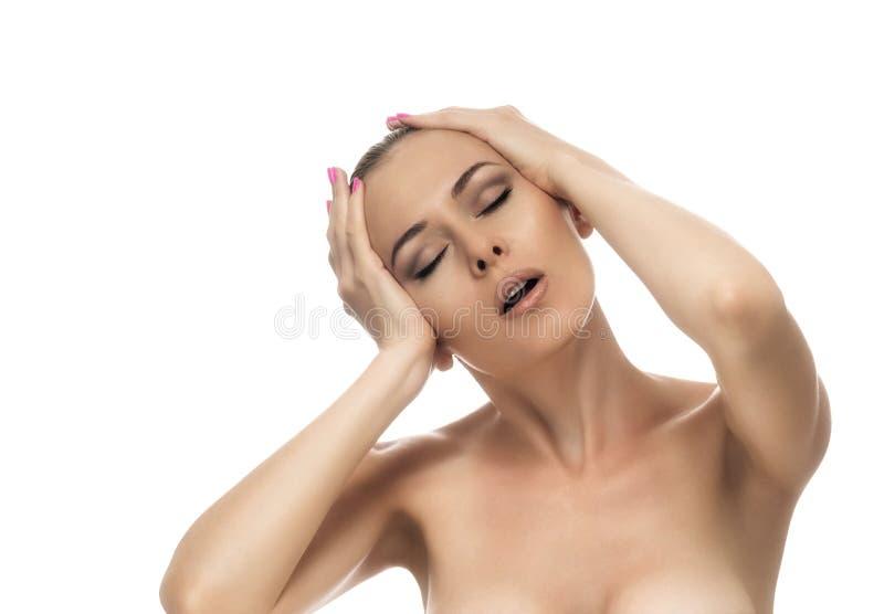 Ritratto di giovane bella donna che soffre dall'emicrania severa, contro il fondo bianco fotografie stock