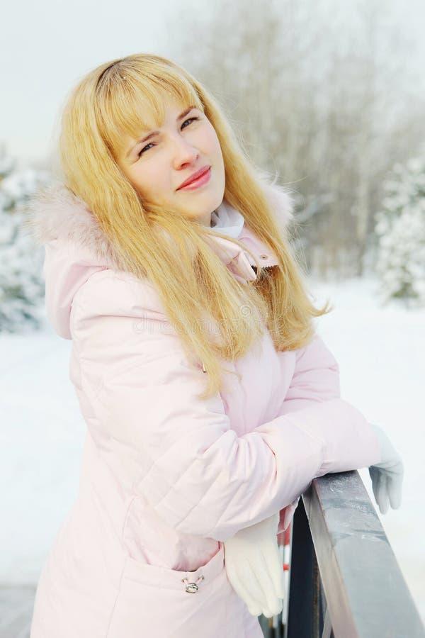 Ritratto di giovane bella donna con capelli dorati all'aperto nell'inverno immagine stock