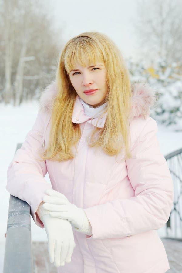Ritratto di giovane bella donna con capelli dorati nell'inverno immagini stock libere da diritti