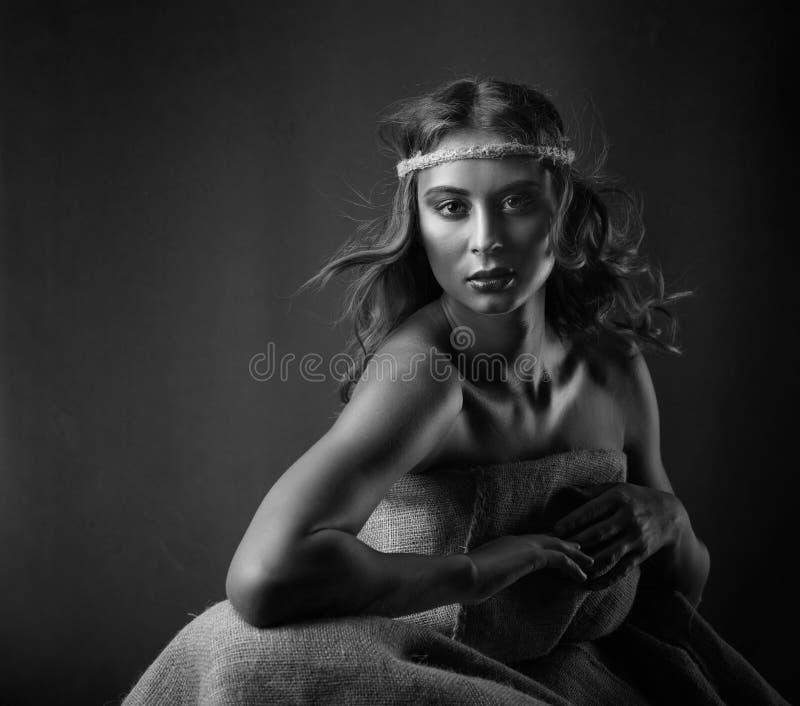 Ritratto di giovane bella donna con capelli ricci e trucco perfetto immagine stock