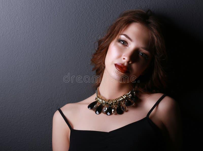 Ritratto di giovane bella donna con gioielli fotografia stock libera da diritti