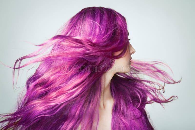 Ritratto di giovane bella donna con i capelli lunghi di volo fotografia stock