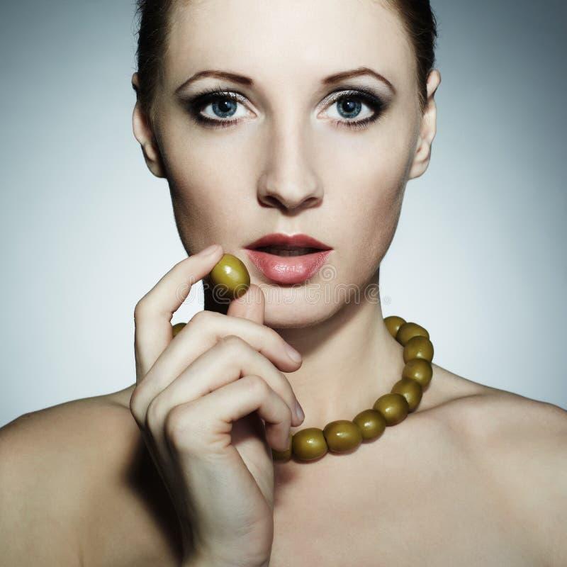 Ritratto di giovane bella donna con le olive fotografie stock