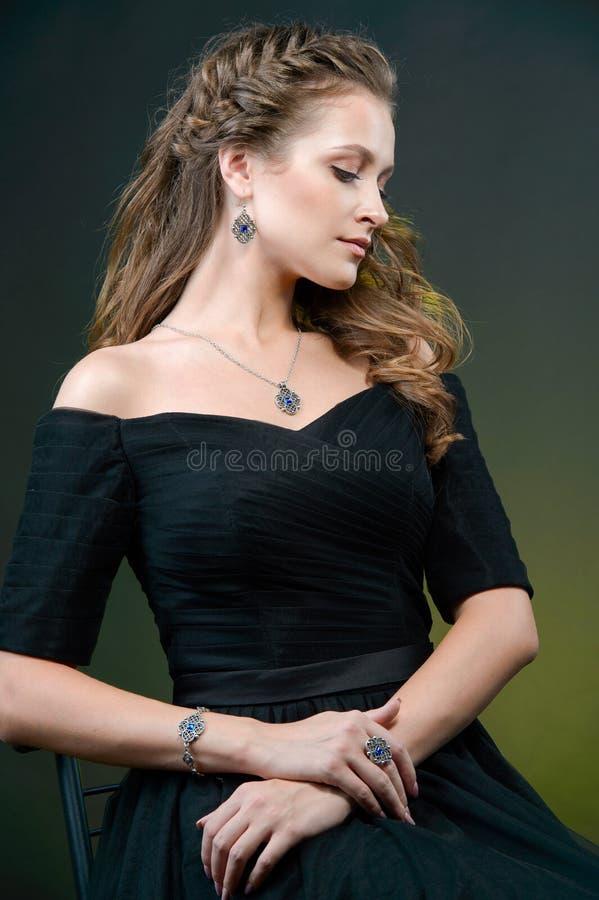 Ritratto di giovane bella donna con lo sci fresco dei capelli marroni lunghi fotografie stock libere da diritti