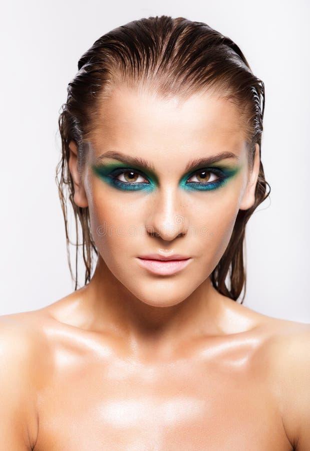 Ritratto di giovane bella donna con trucco brillante bagnato verde fotografie stock