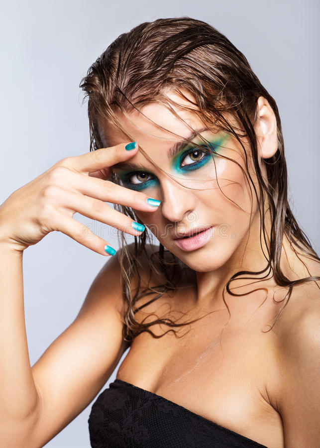 Ritratto di giovane bella donna con trucco brillante bagnato verde immagine stock