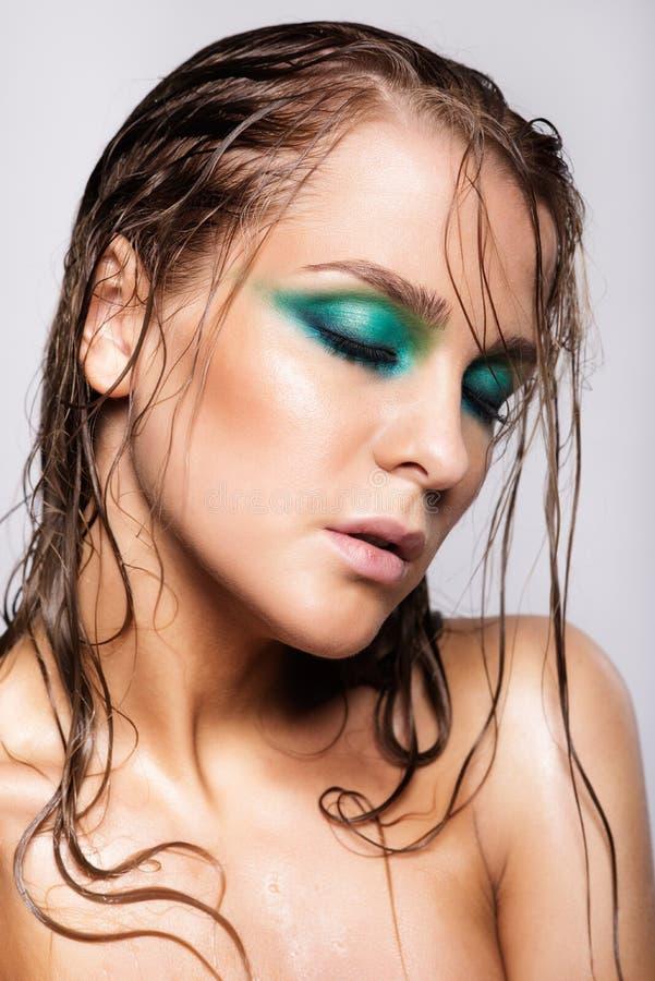 Ritratto di giovane bella donna con trucco brillante bagnato verde fotografie stock libere da diritti