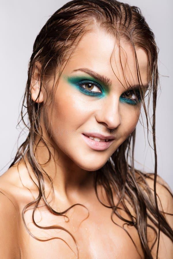 Ritratto di giovane bella donna con trucco brillante bagnato verde fotografia stock libera da diritti