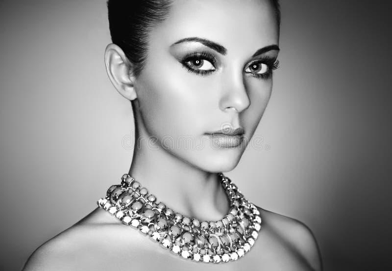 Ritratto di giovane bella donna con trucco del prfect fotografia stock libera da diritti