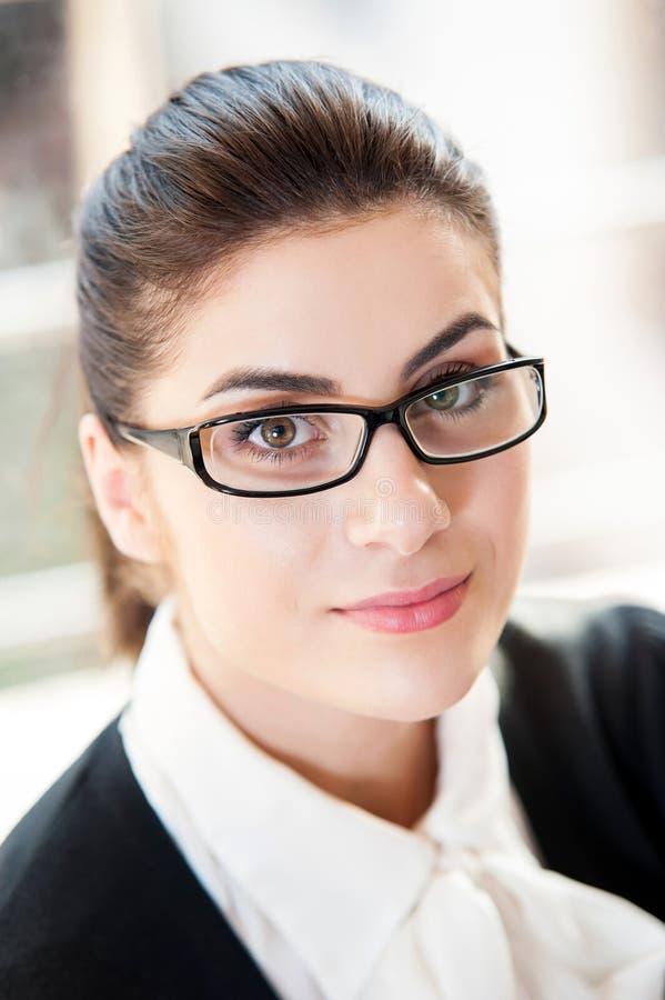 Ritratto di giovane bella donna di affari fotografia stock