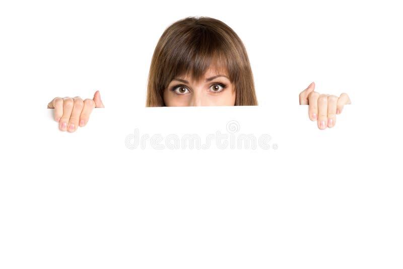 Ritratto di giovane bella donna dietro il bordo in bianco bianco immagine stock libera da diritti