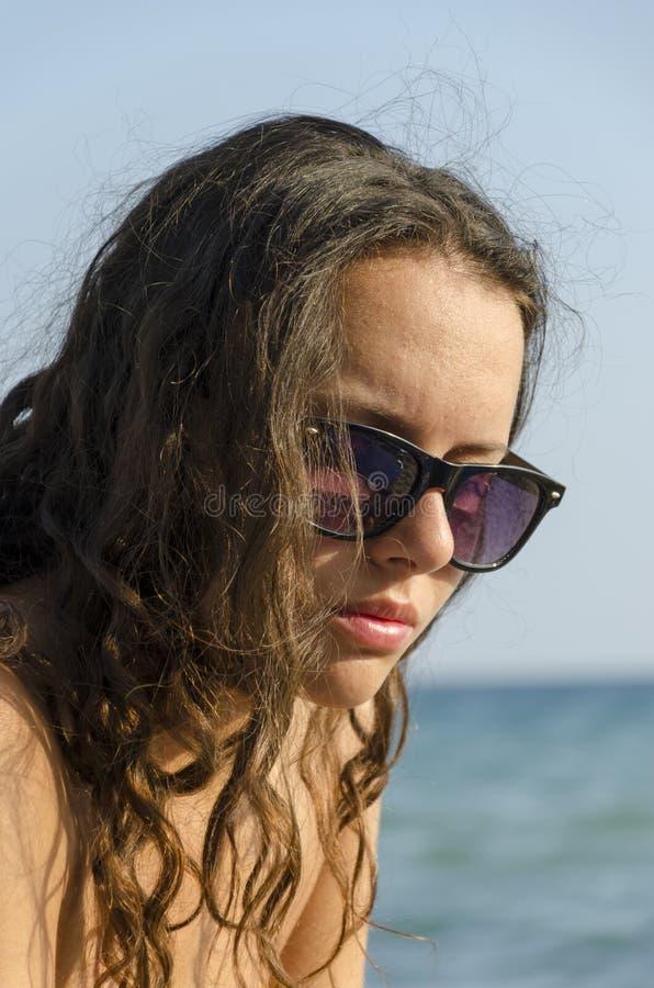Ritratto di giovane bella donna felice in bikini immagini stock libere da diritti