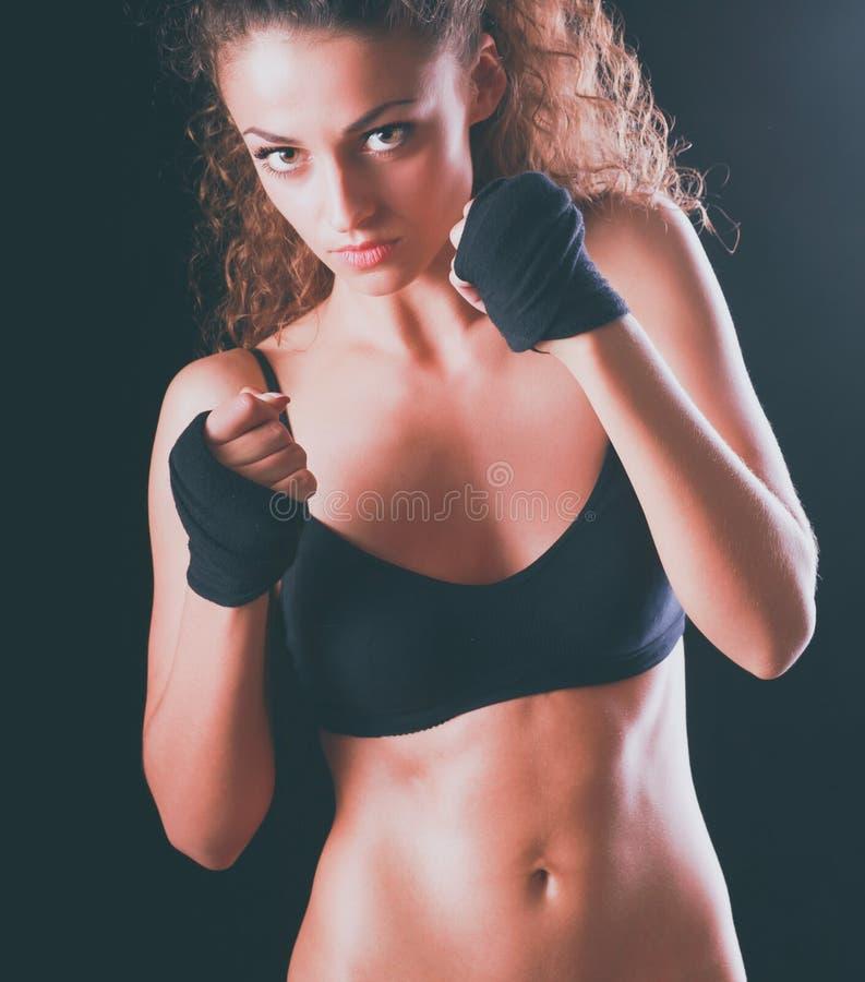 Ritratto di giovane bella donna di forma fisica, isolato su fondo nero immagini stock