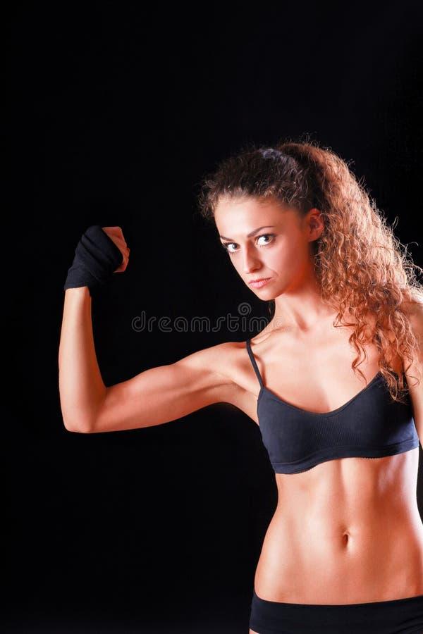 Ritratto di giovane bella donna di forma fisica, isolato su fondo nero immagini stock libere da diritti