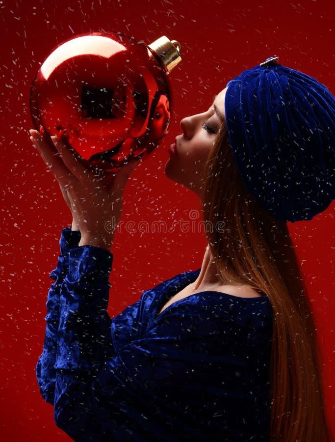 Ritratto di giovane bella donna di modo nella palla alla moda blu della decorazione di natale dell'insetto baciante del vestito e fotografia stock libera da diritti