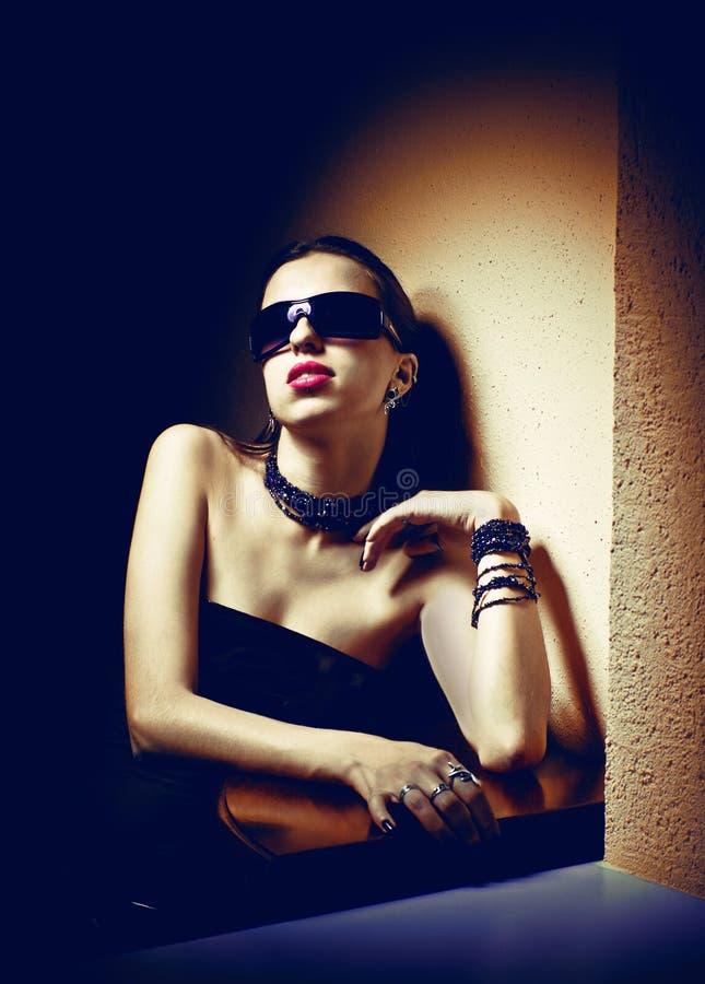 Ritratto di giovane bella donna in occhiali da sole immagini stock