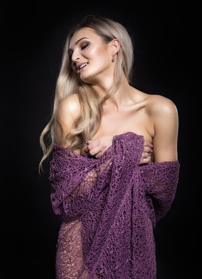 Ritratto di giovane bella donna sexy con trucco di sera fotografia stock
