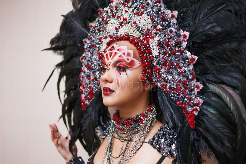 Ritratto di giovane bella donna in uno sguardo creativo Lo stile del carnevale e di ballare immagini stock