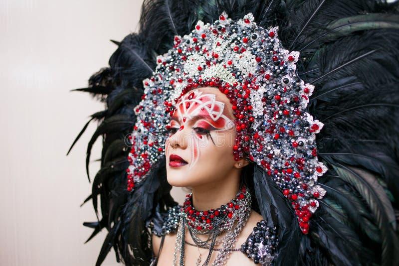 Ritratto di giovane bella donna in uno sguardo creativo Lo stile del carnevale e di ballare fotografie stock libere da diritti
