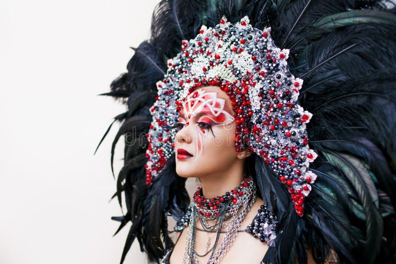 Ritratto di giovane bella donna in uno sguardo creativo Lo stile del carnevale e di ballare immagine stock