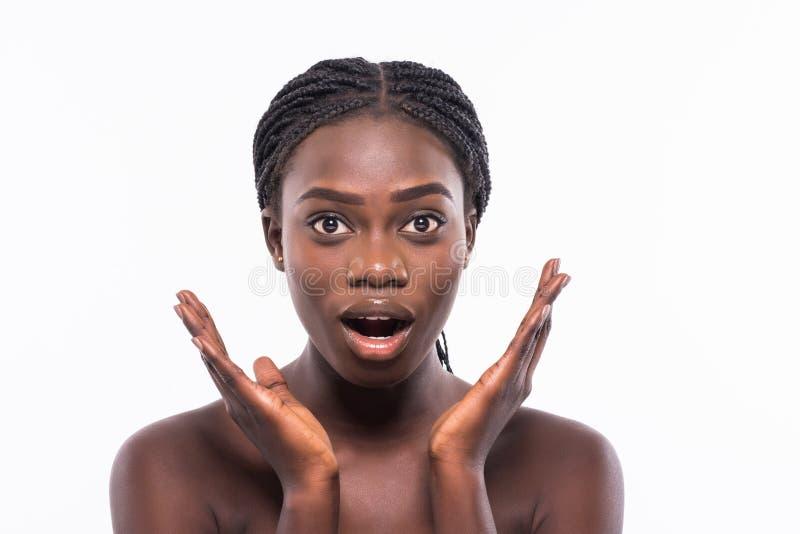 Ritratto di giovane bella ragazza afroamericana con l'afro isolata su fondo bianco Stazione termale, cosmetici, sanità Colpo dell immagine stock