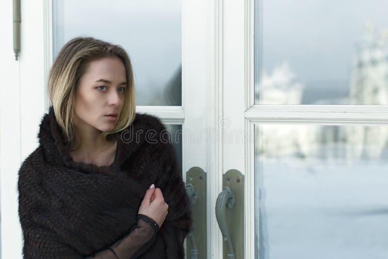 Ritratto di giovane bella ragazza all'aperto nell'inverno fotografia stock