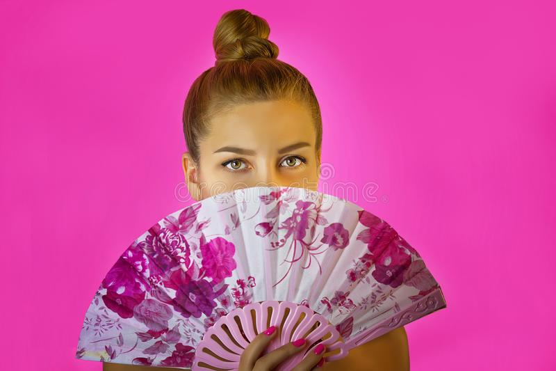 Ritratto di giovane bella ragazza con trucco luminoso e del fan colorato in primo piano delle mani sui precedenti rosa Geisha immagine stock libera da diritti