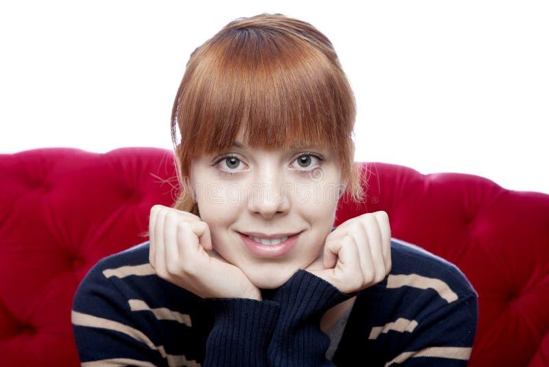 Ritratto di giovane bella ragazza dai capelli rossi sulla r fotografie stock