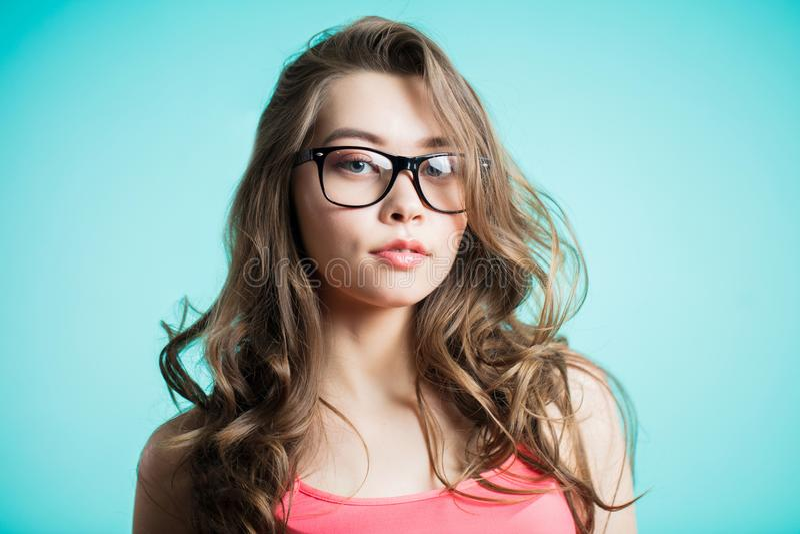Ritratto di giovane bella ragazza sopra fondo blu fotografia stock libera da diritti