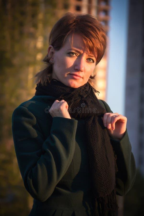 Download Ritratto Di Giovane Bella Ragazza In Un Cappotto Verde Scuro In Autum Immagine Stock - Immagine di adulto, cute: 56891861