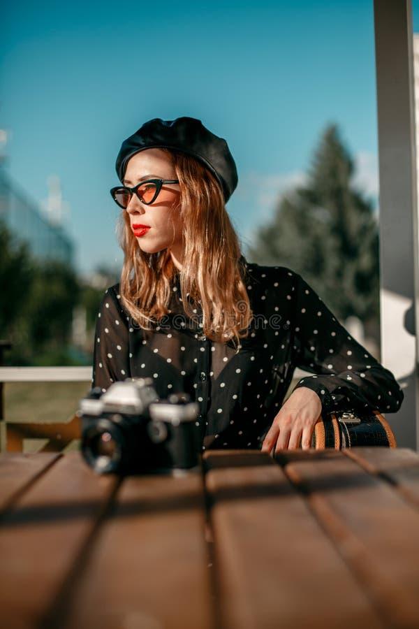 Ritratto di giovane bella ragazza in un vestito d'annata immagini stock libere da diritti