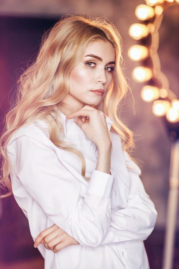 Ritratto di giovane bella ragazza in una camicia bianca fotografia stock libera da diritti