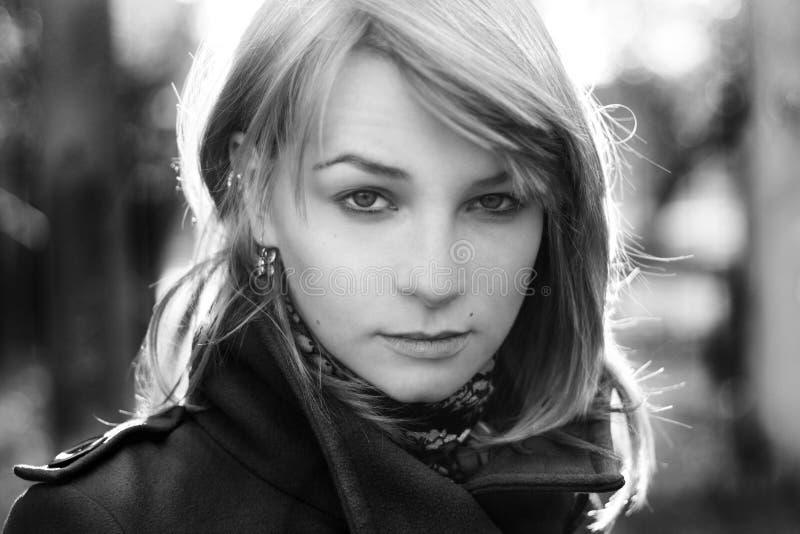 Ritratto di giovane bellezza bionda fotografia stock libera da diritti