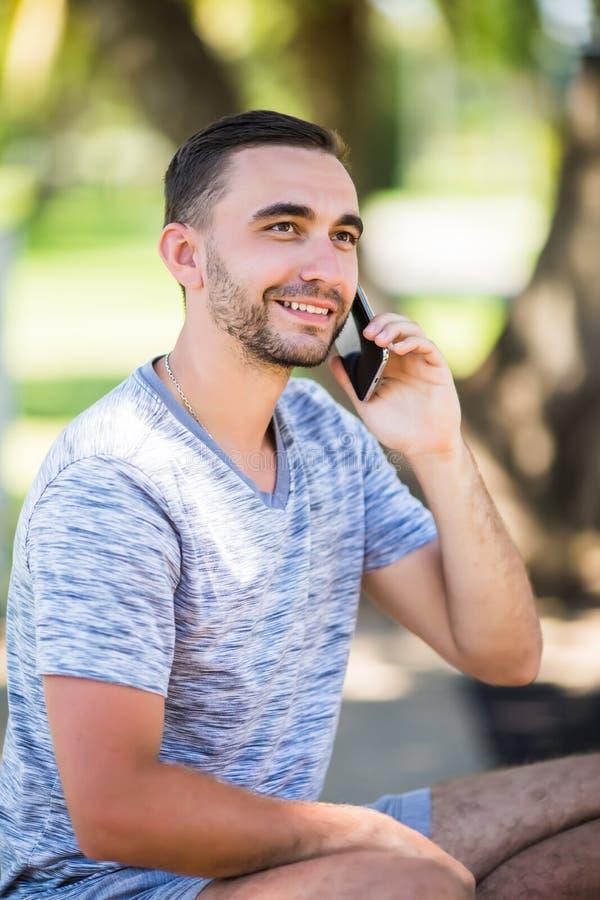 Ritratto di giovane giovane bello che parla sul telefono cellulare fotografia stock libera da diritti
